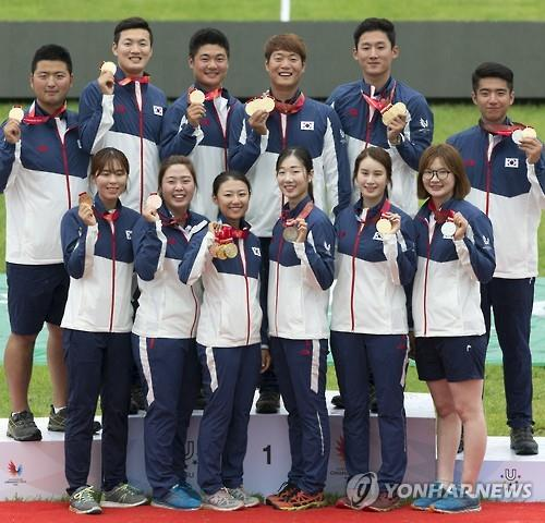 South Korean medalists in compound and recurve archery events pose with their prizes at the Summer Universiade in Gwangju, South Korea, on July 8, 2015. South Korea won eight gold, four silver and two silver medals in archery. (Yonhap)