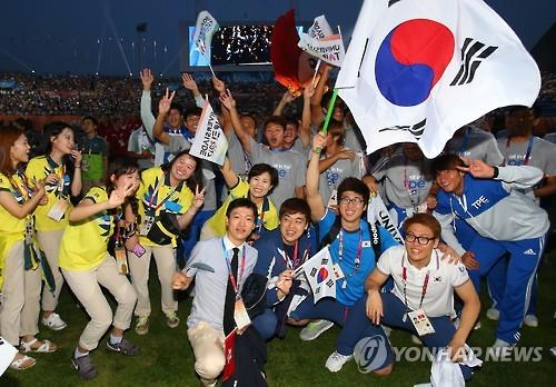 Athletes from South Korea and Chinese Taipei, along with volunteers, take part in the closing ceremony of the 2015 Summer Universiade in Gwangju, South Korea, on July 14, 2015. (Yonhap)