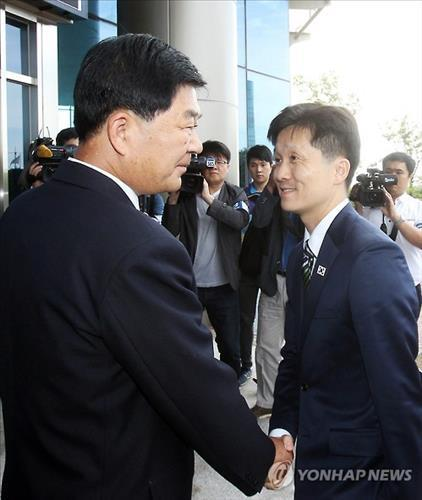 Lee Sang-min (R), the head of the South Korean delegation, and his counterpark Pak Chol-su shake hands before holding a meeting at the Kaesong Industrial Park on July 16, 2015. (Yonhap)