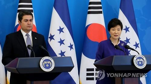 President Park Geun-hye and her Honduran counterpart, Juan Orlando Hernandez, hold a joint news conference after their summit at Cheong Wa Dae, South Korea's presidential office, on July 20, 2015. (Yonhap)