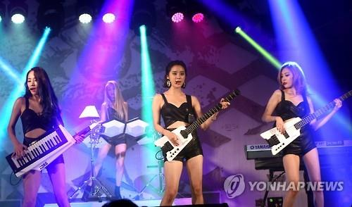 """Wonder Girls perform during a showcase of their new album """"Reboot"""" in Seoul on Aug. 3, 2015. (Yonhap)"""