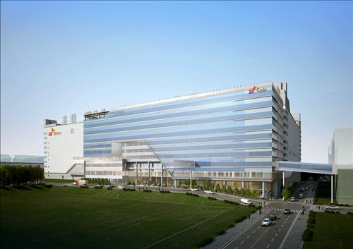 This photo shows SK hynix Inc.'s new chip plant M14, located in Icheon, 80 kilometers south of Seoul, where the chipmaker held a dedication ceremony at the site attended by President Park Geun-hye and SK Group Chairman Chey Tae-won on Aug. 25, 2015. SK said it will spend 46 trillion won (US$38 billion) to build three new chip plants by 2024. (Photo courtesy of SK hynix)