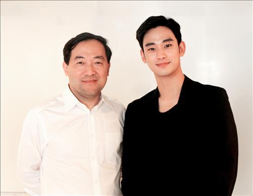 Zhang Qiang (L), head of Alibaba Pictures, with South Korean actor Kim Soo-hyun. (Photo courtesy of Keyeast Entertainment) (Yonhap)