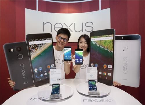Models pose as they hold up the Nexus 5X (L) and the Nexus 6P (R), at a media launch event at the local unit of Google Inc. in Seoul on Oct. 13, 2015. (Photo courtesy of Google Korea)