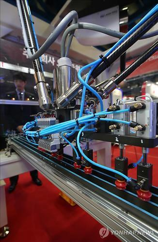 A robot on display at the Automation World 2015 exhibition in Seoul on March 18, 2015. (Yonhap file photo)
