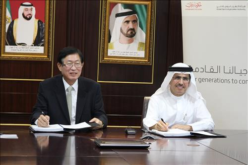 KEPCO CEO Cho Hwan-eik (L) signs the smart grid station project deal with the head of the Dubai Electricity & Water Authority, Saeed Mohammad Al Tayer, in Dubai on Oct. 28, 2015. (Yonhap)