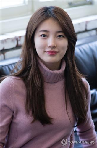 Suzy, a member of girl group miss A, poses for photos at an interview with Yonhap News Agency at a cafe in downtown Seoul on Nov. 19, 2015. (Yonhap)