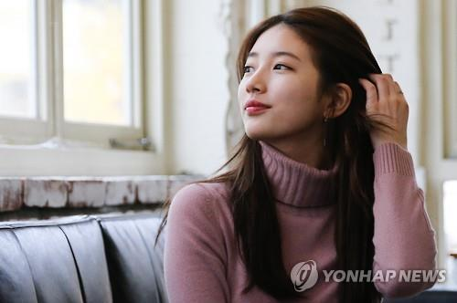 Suzy of the girl group miss A poses for photos at an interview with Yonhap News Agency at a cafe in downtown Seoul on Nov. 19. 2015. (Yonhap)