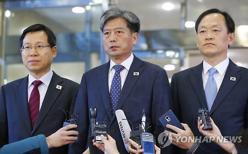 Vice Unification Minister Hwang Boo-gi (C) speaks to reporters at the Headquarters of Inter-Korean Dialogue in Seoul on Dec. 11, 2015, before leaving for North Korea's border city of Kaesong for high-level talks with North Korea. (Yonhap)