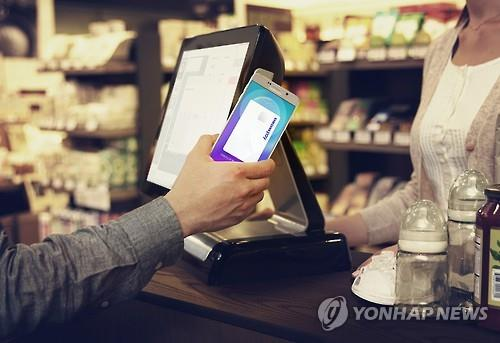 A user demonstrates how to use Samsung Pay. (Photo courtesy of Samsung Electronics Co.)