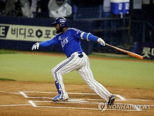 Yamaico Navarro, seen here hitting a single for the Samsung Lions during the 2015 Korean Series in Seoul on Oct. 29, 2015, may be departing the club after the contract talks between them have broken off. (Yonhap file photo)