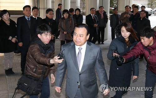 Former Prime Minister Lee Wan-koo visits the Seoul Central District Court on Jan. 5, 2016. (Yonhap)