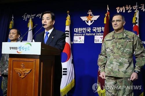 Defense Minister Han Min-koo (C) says U.S. Defense Secretary Ashton Carter has assured Han of his country's ironclad defense commitment to defending South Korea on Jan. 7, 2016, one day after North Korea conducted its fourth nuclear test. (Yonhap)