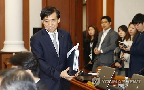Bank of Korea Gov. Lee Ju-yeol attends the monthly rate-setting meeting of the Monetary Policy Board in Seoul on Jan. 14, 2016, where the board decided to hold the key rate frozen at record low 1.5 percent for January.