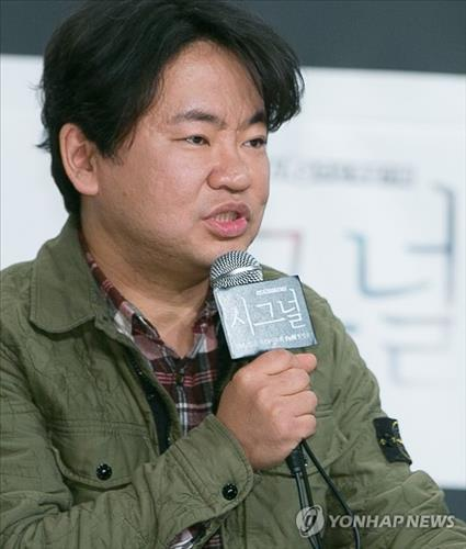 """Producer Kim Won-seok responds to questions at a press conference discussing his upcoming tvN soap opera """"Signal"""" in Seoul on Jan. 14, 2016. (Yonhap)"""