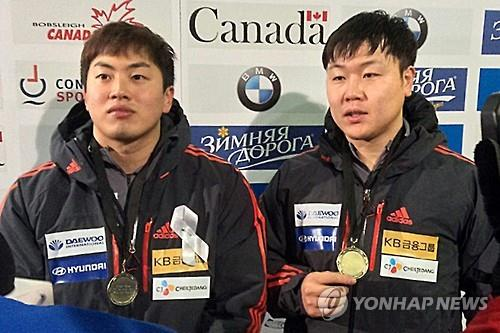 South Korean bobsleigh brakeman Seo Young-woo (L) and pilot Won Yun-jong pose with their gold medal from the International Bobsleigh & Skeleton Federation World Cup in Whistler, Canada, on Jan. 22, 2016. (Photo courtesy of the Korea Bobsleigh & Skeleton Federation) (Yonhap)