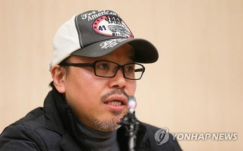"Yoon Tae-ho, the comic artist behind the popular webtoon ""Misaeng,"" speaks to reporters at a press conference in Seoul on Feb. 2, 2016. (Yonhap)"