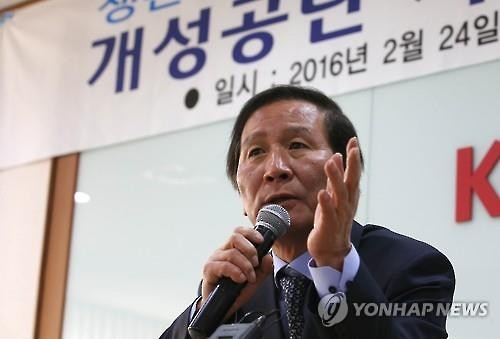 Chung Ki-sup, who leads the association of South Korean firms based in the jointly-run inter-Korean factory park, speaks during an emergency meeting in Seoul on Feb. 24 (Yonhap)