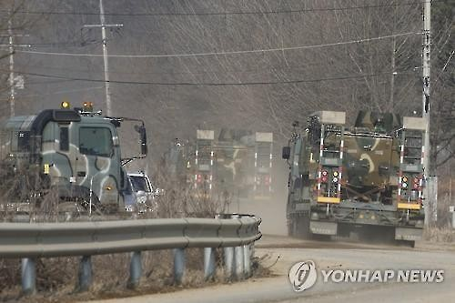 South Korean military vehicles on the move near the inter-Korean border, northeast of Seoul, on March 4, 2016. (Yonhap)