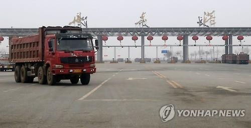 A truck passes in front of China's Dandong Port bordering North Korea after the United Nations Security Council unanimously voted to strengthen sanctions on North Korea on March 3, 2016. (Yonhap)