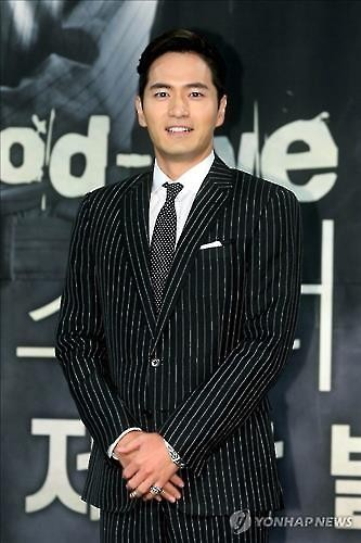 """Actor Lee Jin-wook poses for photos at a press conference promoting his upcoming drama """"Goodbye, Mr. Black"""" at MBC in Seoul on March 14, 2016. (Yonhap)"""