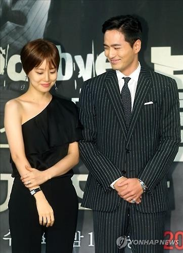 """Actress Moon Chae-won (L) and actor Lee Jin-wook pose for photos at a press conference promoting the drama """"Goodbye, Mr. Black"""" in Seoul on March 14, 2016. (Yonhap)"""