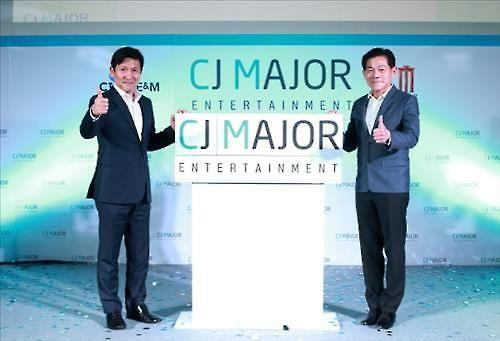 Jeong Tae-sung (L), CEO of South Korea's CJ E&M Film Division, and Vichya Poolvaraluk (R), CEO of Thailand's Major Cineplex pose for a photo during a business information session held at a Bangkok theater for the two companies' joint venture, CJ Major Entertainment on March 28, 2016. This photo was provided by CJ E&M. (Yonhap)