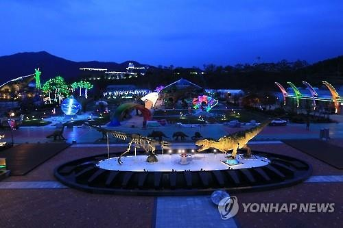 Dazzling nighttime shows will be held in the Gyeongnam Goseong Dinosaur World Expo to open on April 1. (Yonhap)