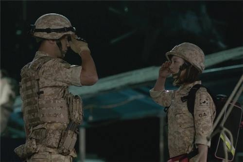 """This still from the TV show includes Seo Dae-young (L) and Yoon Meong-ju in army uniforms saluting each other in """"Descendants of the Sun."""" (Yonhap)"""