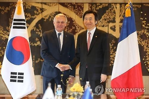 Foreign Minister Yun Byung-se (R) shakes hands with his French counterpart, Jean-Marc Ayrault, ahead of the first bilateral strategic dialogue meeting in Seoul on March 24, 2016. (Yonhap)