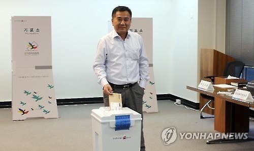 A Korean national casts his vote for the April 13 parliamentary elections in Sydney, Australia on March 30, 2016. (Yonhap)