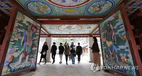 "This photo released by the Korea Culture and Information Service shows foreign travelers at a temple in Gangwon Province on March 25, 2016, under the ""K-Travel"" bus program. (Yonhap)"