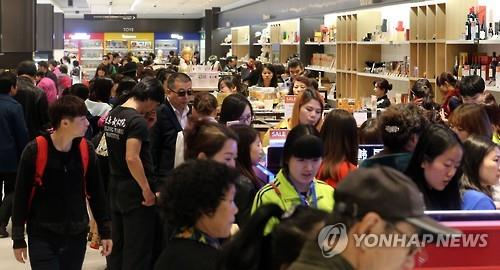 This photo filed on April 1, 2016, shows the Hanwha Galleria duty-free shop in western Seoul, crowded with Chinese shoppers. (Yonhap)