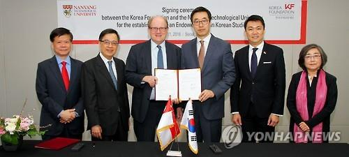 Korea Foundation chief Yu Hyun-seok (3rd from R) and Bertil Andersson (3rd from L), head of Singapore's Nanyang Technological University, pose for a photo in Seoul on April 11, 2016, after signing a pact to establish the first endowed professorship in Korean studies, in this photo released by the foundation. (Yonhap)