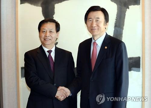 South Korean Foreign Minister Yun Byung-se (R) shakes hands with Wang Xiankui (L), the Communist Party Secretary of Heilongjiang Province, before their luncheon meeting in Seoul on April 11, 2016, in the photo provided by the Foreign Ministry. (Yonhap)