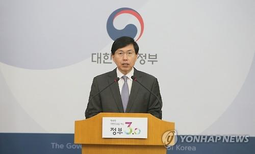 The file photo, taken on March 29, 2016, shows Foreign Ministry spokesman Cho June-hyuck speaking during a press briefing at the ministry in Seoul. (Yonhap)