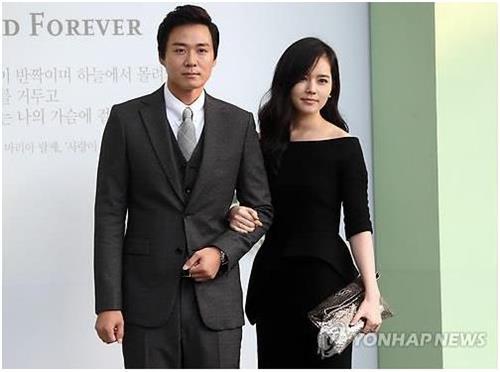 Actress Han Ga-in (R) with her husband Yeon Jung-hoon (Yonhap)