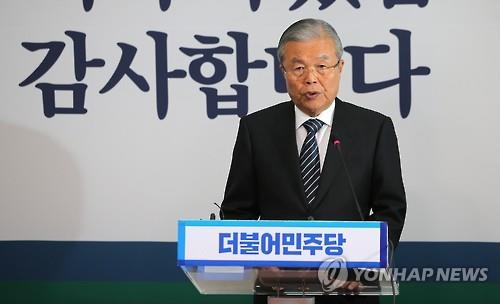 Minjoo Party leader Kim Jong-in speaks during a press conference at the National Assembly on April 14, 2016. (Yonhap)