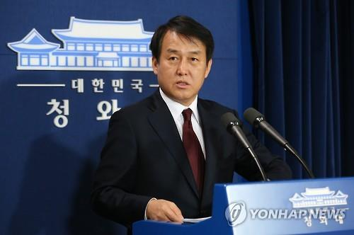 Presidential spokesman Jung Youn-Kuk speaks during a press briefing on April 14, 2016. (Yonhap)