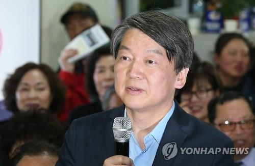 Rep. Ahn Cheol-soo, co-chair of the minority People's Party, speaks about his electoral win at his campaign office in Seoul on April 13, 2016. (Yonhap)