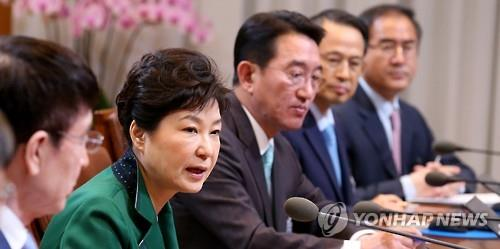 President Park Geun-hye presides over a regular with her top aides at Cheong Wa Dae, South Korea's presidential office, on April 18, 2016. It is the first meeting since her ruling Saenuri Party suffered a resounding defeat in last week's parliamentary elections. (Yonhap)