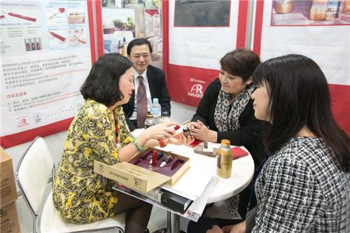 A booth in Hall 6 of Makuhari Messe in Chiba, east of Tokyo, at KCON Japan, where South Korean small and medium-sized enterprises (SMEs) displayed products, in a photo released by CJ E&M. (Yonhap)
