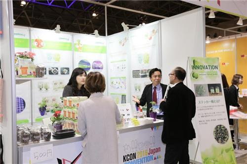 A booth at Hall 6 of Makuhari Messe in Chiba, east of Tokyo, at KCON Japan, where South Korean small and medium-sized enterprises (SMEs) displayed products, in a photo released by CJ E&M. (Yonhap)