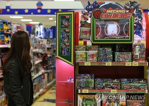 "A shopper looks at Turning Mecard toy series displayed at Toys ""R"" Us, a leading kid store, in downtown Seoul. (Yonhap file photo)"