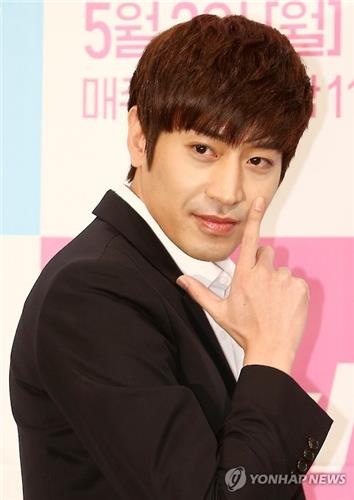 """South Korean actor Eric Mun poses for photos at a press conference promoting his upcoming show """"Oh Hae-young Again"""" in Seoul on April 22, 2016. (Yonhap)"""