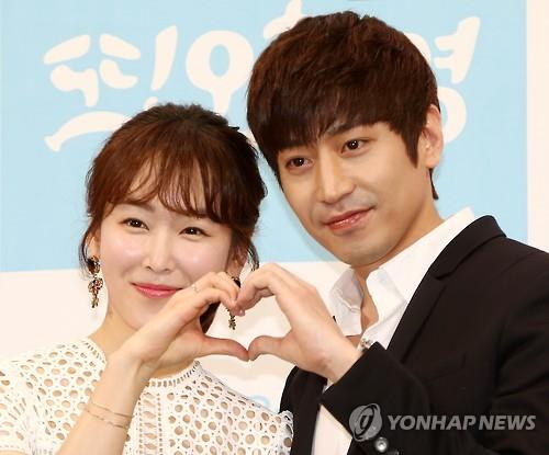 """Actress Seo Hyun-jin (L) and actor Eric Mun pose for photos at a press conference discussing the upcoming tvN show """"Oh Hae-young Again"""" in Seoul on April 22, 2016. (Yonhap)"""