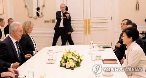 President Park Geun-hye (R) holds talks with Stanislaw Tillich, head of Germany's  Bundesrat, at Cheong Wa Dae on April 25, 2016. (Yonhap)