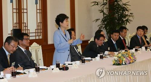 President Park Geun-hye (2nd from L) addresses chief editors of South Korea's major newspapers and broadcasters at the presidential office of Cheong Wa Dae on April 26, 2016. (Yonhap)