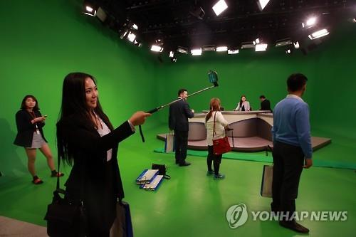 A Mongolian media delegation visits the broadcasting room at the headquarters of Yonhap News Agency in Seoul, on April 29, 2016. (Yonhap)