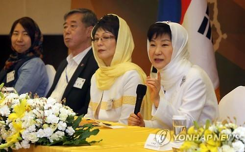 President Park Geun-hye (R) speaks at a meeting with nearly 20 representatives from the Korean community in Iran's capital on May 3, 2016. (Yonhap)